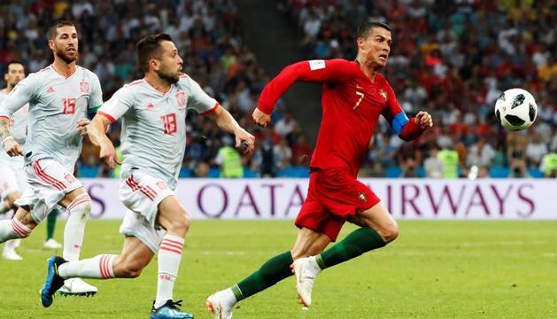 Cristiano Ronaldo corre davant la pressió de Jordi Alba i Sergio Ramos, ahir a Sotxi.