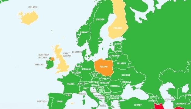 En verd els països on l'avortament és lliure, en taronja on es permet avortar sota els tres supòsits, i en vermell on està prohibit.