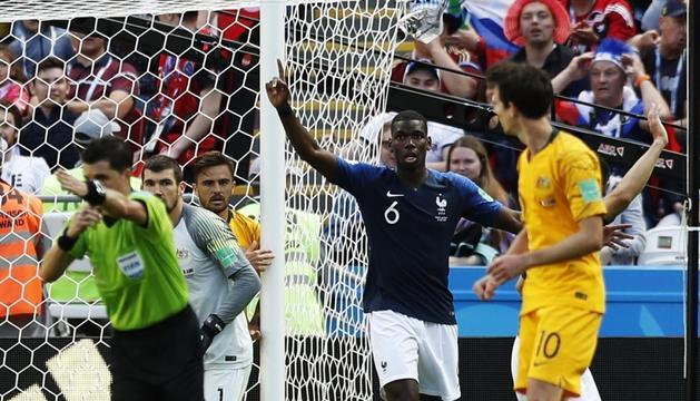 El migcampista de la selecció francesa, Paul Pogba, en el moment polèmic del seu gol.