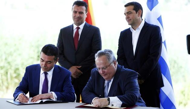 Els dirigents de Grècia i Macedònia signant l'acord, ahir.