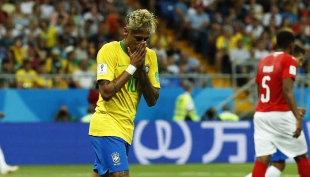 Neymar Jr. es lamenta d'una acció del partit d'ahir entre el Brasil i Suïssa.