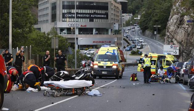 Dos motoristes ferits greument en un xoc frontal