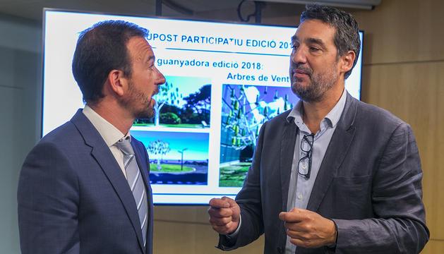 Jordi Torres ha lliurat el diploma del projecte guanyador al director del centre escolar, Jordi Bartolomé
