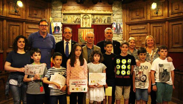 Els vuit consellers infantils amb els del comú.