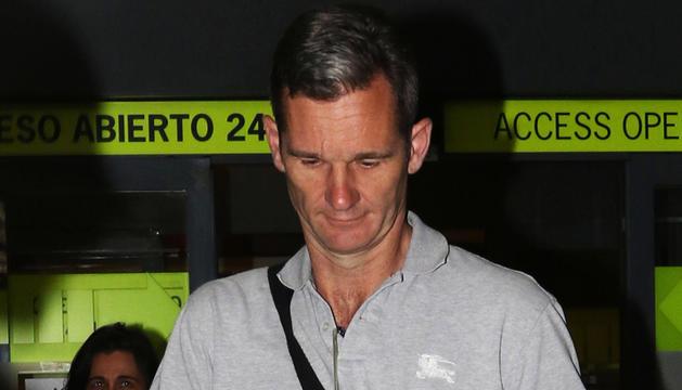 Iñaki Urdangarin arriba a l'aeroport de Madrid, diumenge.