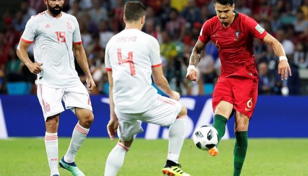 Fonte prova un xut davant Nacho, en el duel de divendres passat entre Portugal i Espanya.