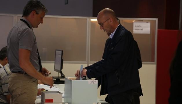 Un elector introdueix la seva votació dins l'urna