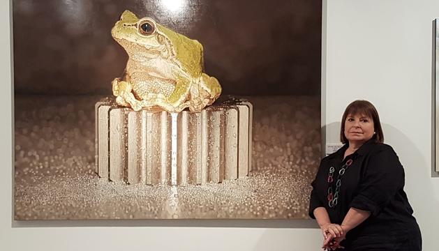 La comissària de l'exposició, Maggie Bollaert, amb una de les obres