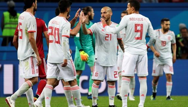Els jugadors de la selecció espanyola celebrant la victòria contra l'Iran.