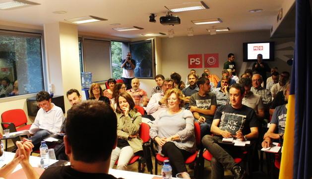 Els militants del PSvan votar la decisió a la seu del partit