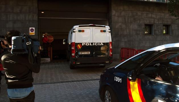 El furgó que trasllada els cinc condemnats de 'La Manada' arribant a l'Audiència de Navarra, ahir.