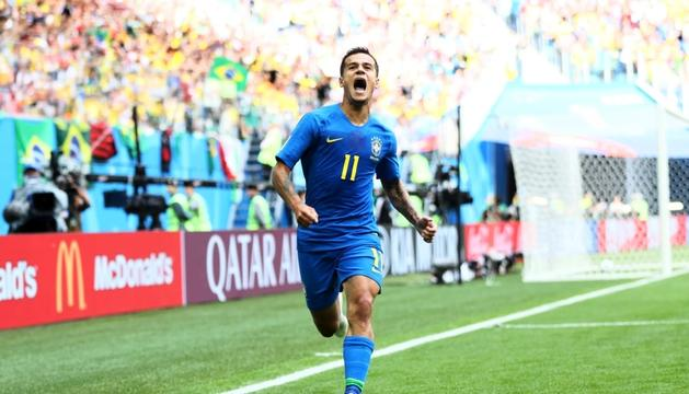 El blaugrana Philippe Coutinho celebrant ahir el gol que va salvar el Brasil a l'afegit.
