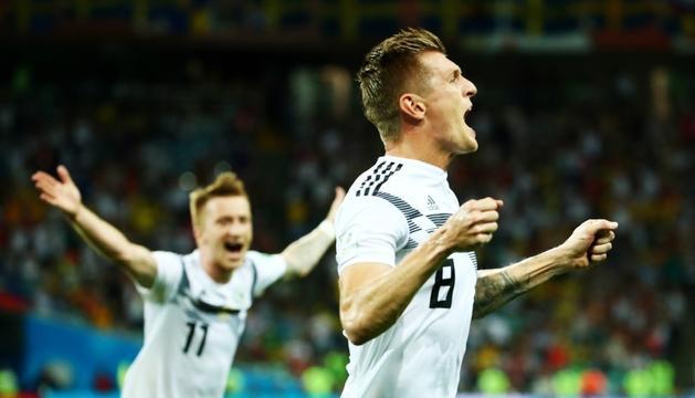 El migcampista de la selecció alemanya Toni Kroos celebrant el gol del triomf.