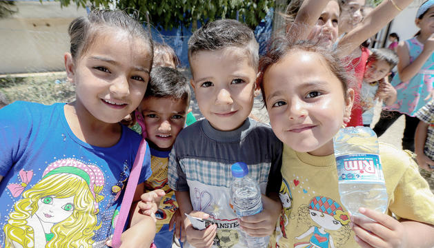 Tres nens del campament de refugiats sirians al-Basma, a l'est del Líban.