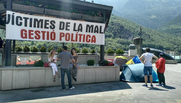 Participants en l'acampada de la plaça del Poble