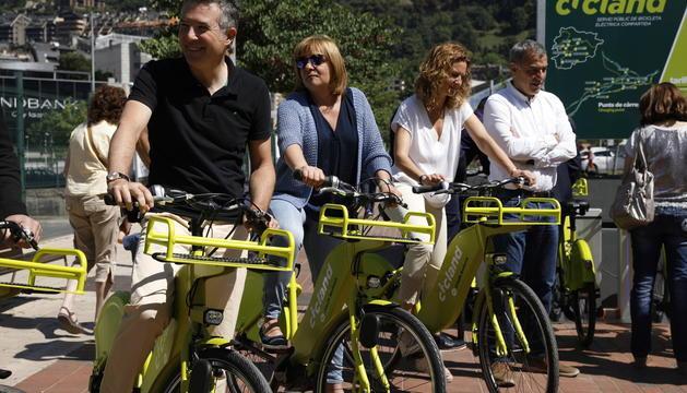 El Síndic, Vicenç Mateu, la cònsol major d'Escaldes, Trini Marin, i la ministra de Medi Ambient, Sílvia Calvó, utilitzant Cicland