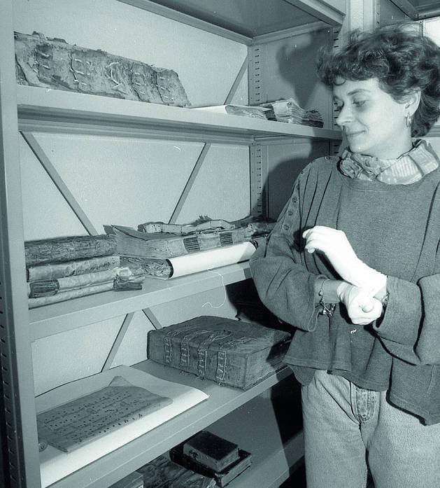 Susanna Vela revisant el fons