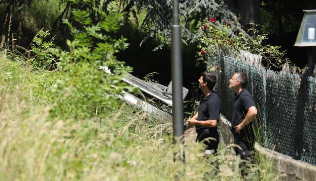 Dos agents de policia en el lloc de l'accident