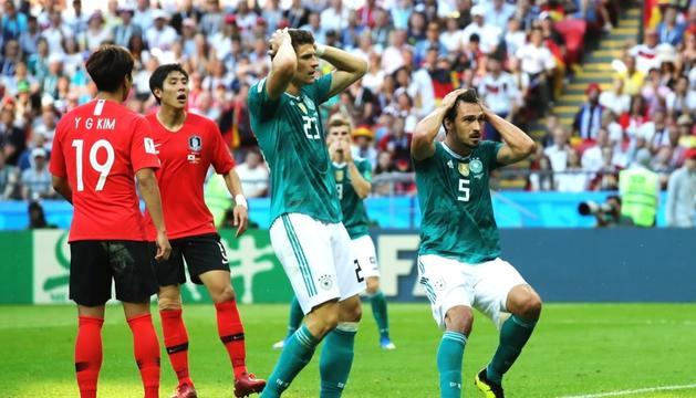 El davanter Mario Gómez i el central Mats Hummels lamentant-se per una ocasió fallada.