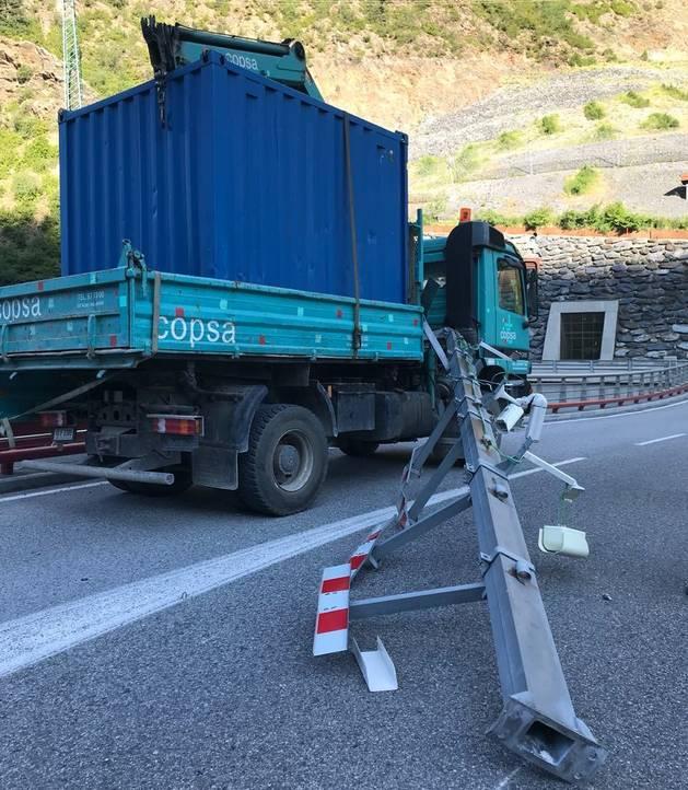 Un camió s'encalla a l'entrada del túnel de les Dos Valires