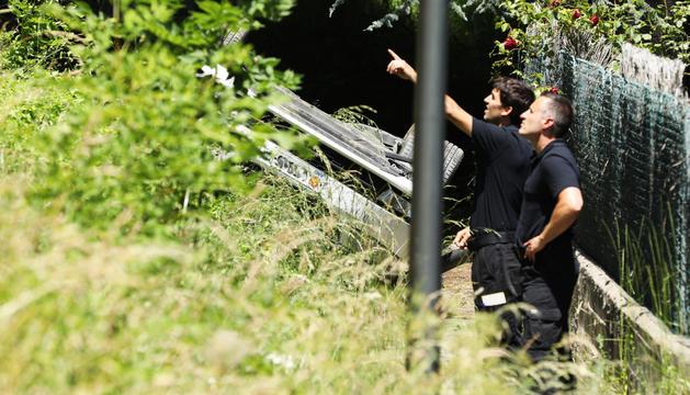 El cotxe de la policia bolcat al rec del Solà.