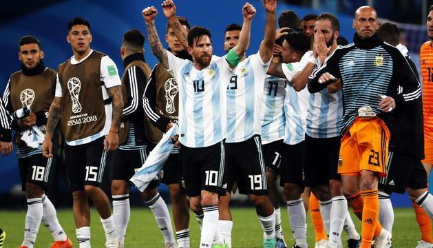 Argentina, amb Messi al centre, celebra la victòria contra Nigèria a la fase de grups.