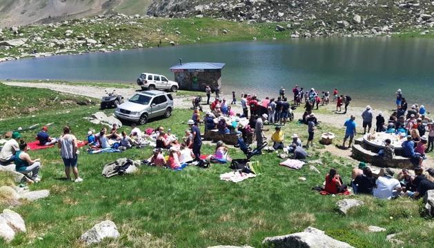 Participants de la costellada a l'estany de les Abelletes.