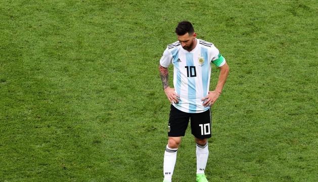 Leo Messi es lamenta damunt del terreny de joc després de l'eliminació d'Argentina del Mundial.