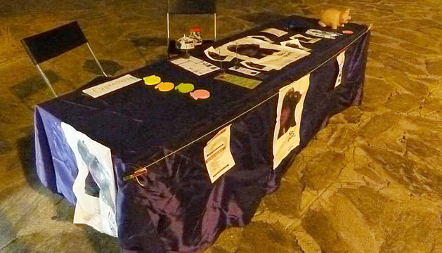 La taula després de l'atac i part dels desperfectes.