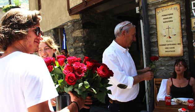 La tradicional plega de roses, ahir.