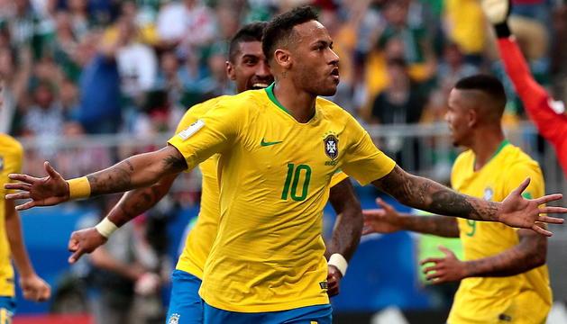 Neymar Júnior celebrant el gol aconseguit ahir en el duel de vuitens de final contra Mèxic.