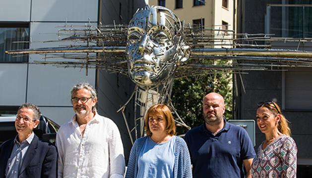 L'artista Jordi Díez acompanyat de Trini Marín, Marc Calvet, Sandra Tomàs, i Salomó Benchluch
