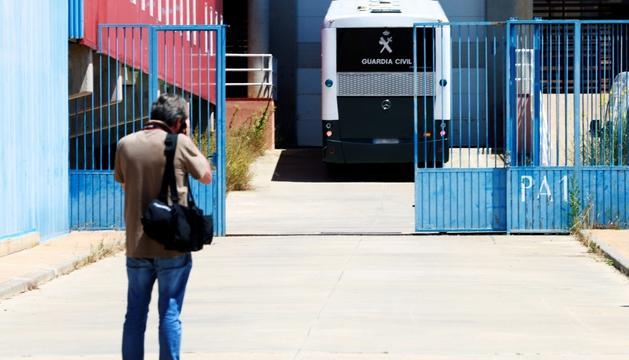 El furgó policial que traslladava Junqueras, Romeva, Sànchez i Cuixart, ahir a la presó de Zuera.