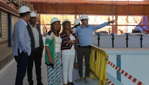 Els cònsols de la capital durant la visita a les obres de la piscina dels Serradells