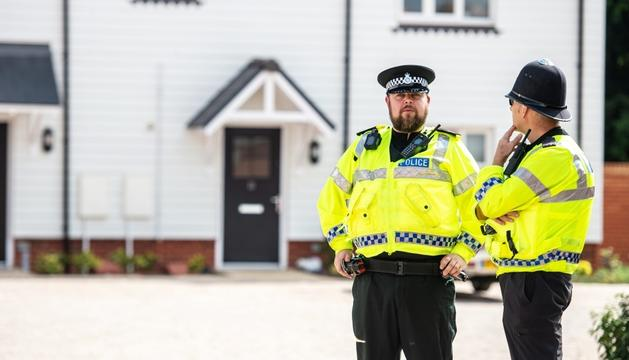 Agents de la policia a la localitat d'Amesbury, ahir.