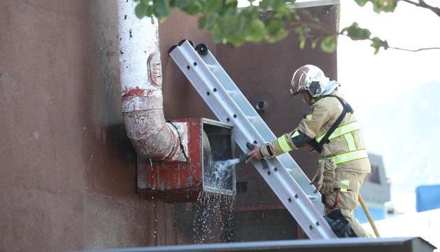 Un bomber treballant en la revisió dels conductes de ventilació