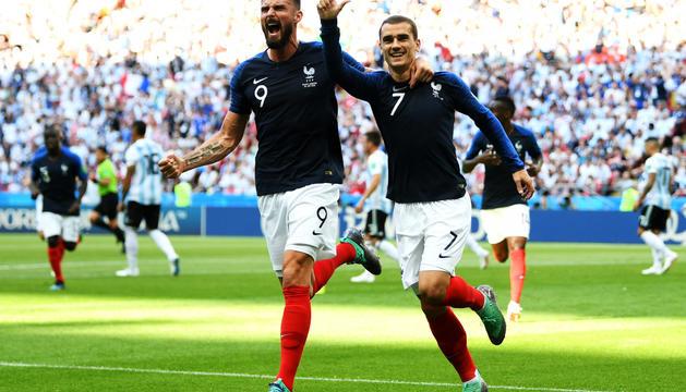 Griezmann i Giroud celebrant el primer gol del duel de vuitens contra l'Argentina.