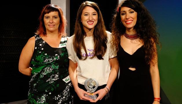 Marta Knight, al centre de la imatge, amb el premi.