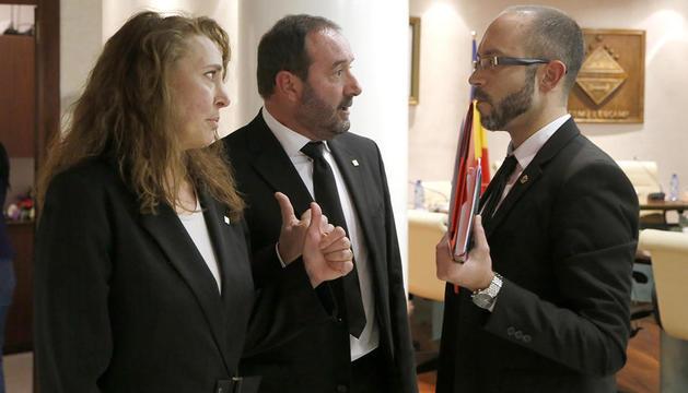 Maribel Lafoz i Jordi Troguet amb el conseller del PS Joan Sans