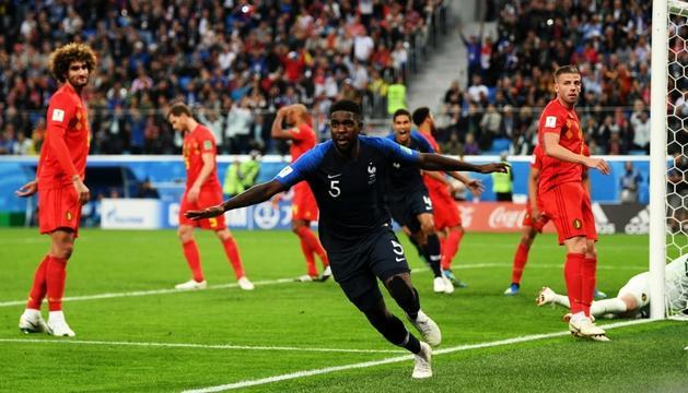 Samuel Umtiti celebrant el gol que classifica França per a la final del Mundial.