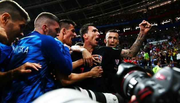 Mandzukic i la resta de la selecció croata celebrant el gol que significa la final del Mundial.