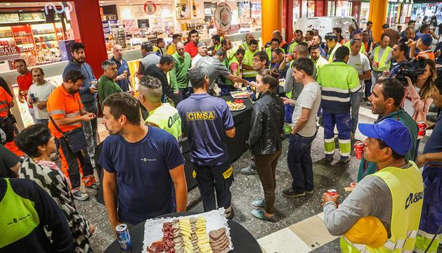 Els treballadors que han participat en la reforma durant l'esmorzar d'aquest matí