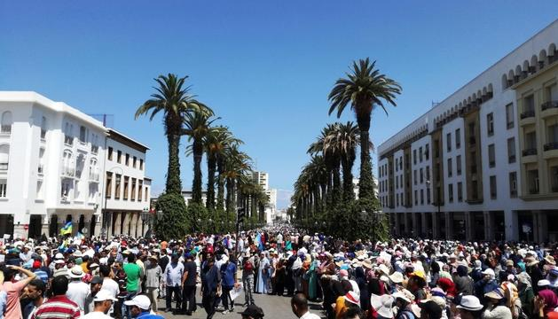 Milers de persones protestant a Rabat, ahir.