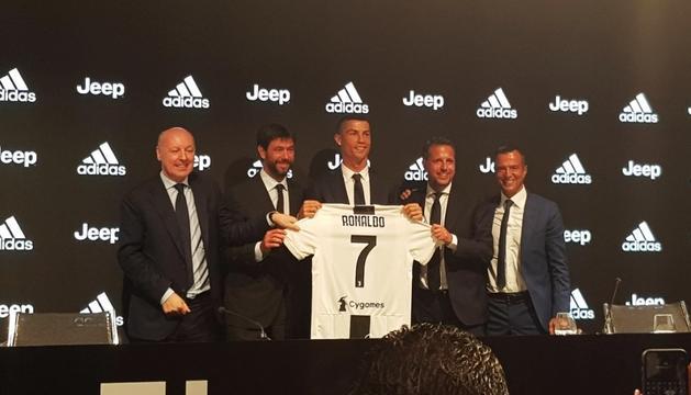 Cristiano Ronaldo, durant la seva presentació, ahir.