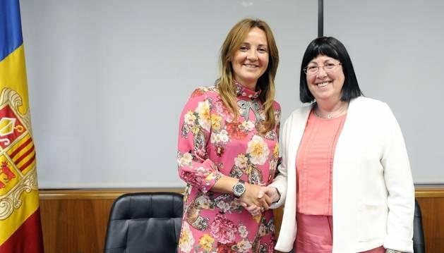 La ministra Gelabert i la presidenta de la Sac, Àngels Mach, durant l'acord celebrat aquest matí