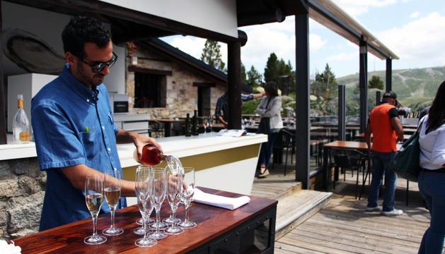 Un moment de l'aperitiu ofert al restaurant Refugi del llac.