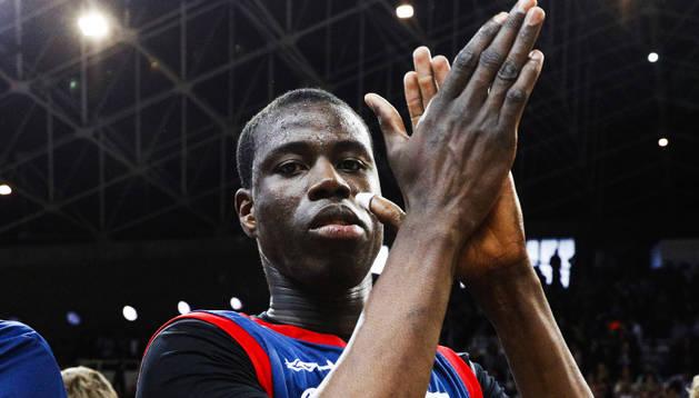 Moussa Diagne agraeix a l'afició en un dels duels de la passada temporada al Poliesportiu.