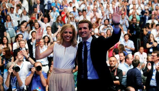 Pablo Casado, al costat de la seva dona després de ser escollit vencedor de les primàries del PP.