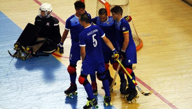 Els jugadors de la selecció celebren un dels gols aconseguits ahir.