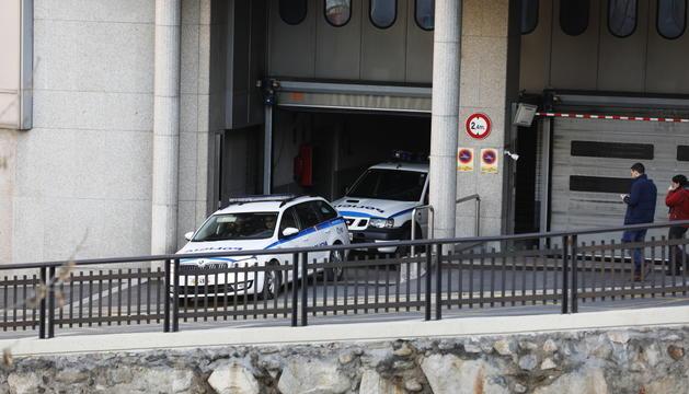 Dos cotxes de policia sortint del despatx central.